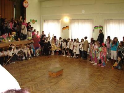2013.02.08. Iskolai farsang mazsorettekkel